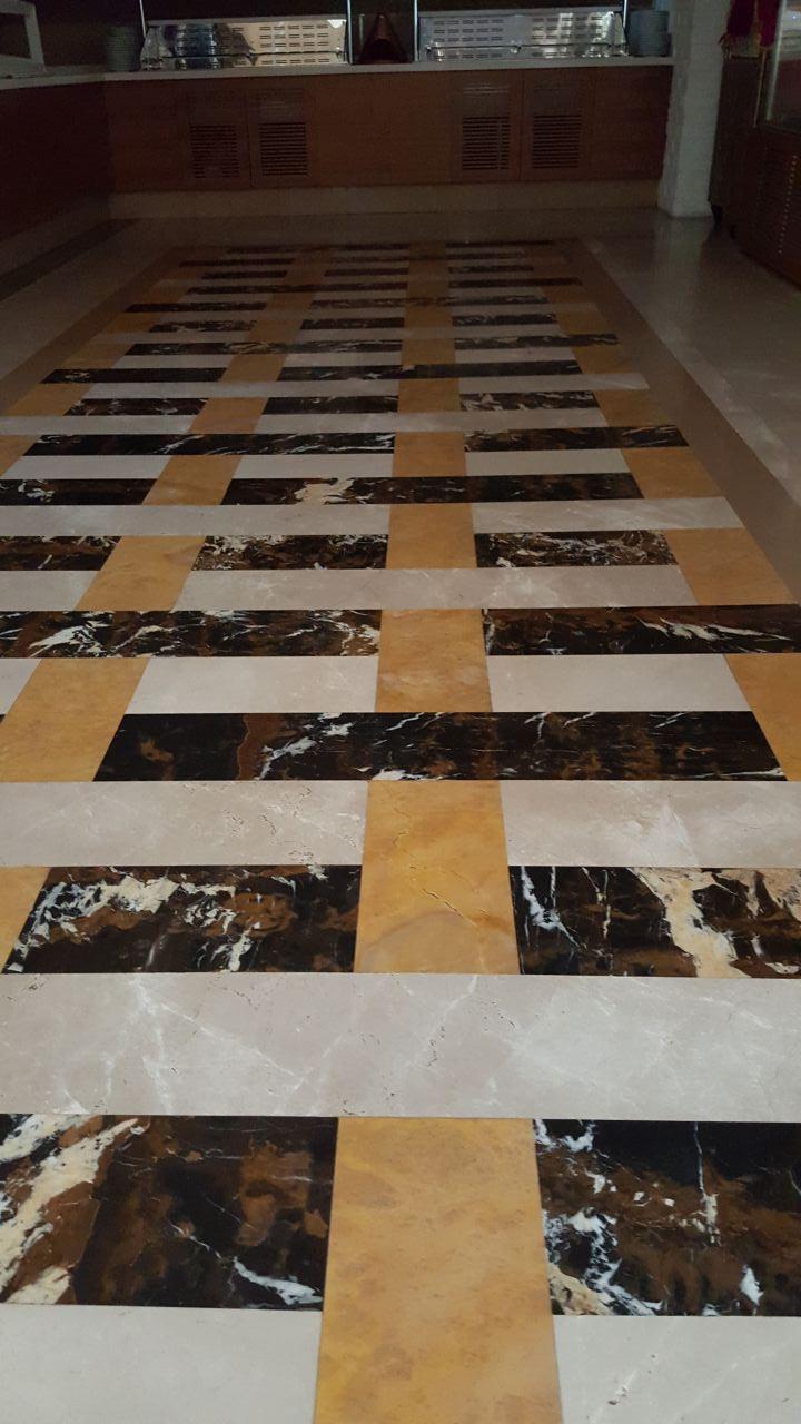 Bodenbelag mit drei verschiedenen Marmorsorten