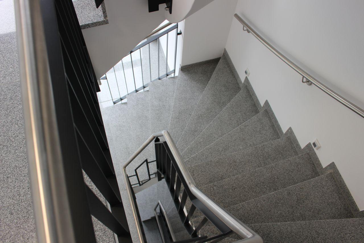 Treppenhaus (Granitstufen gewendelt)