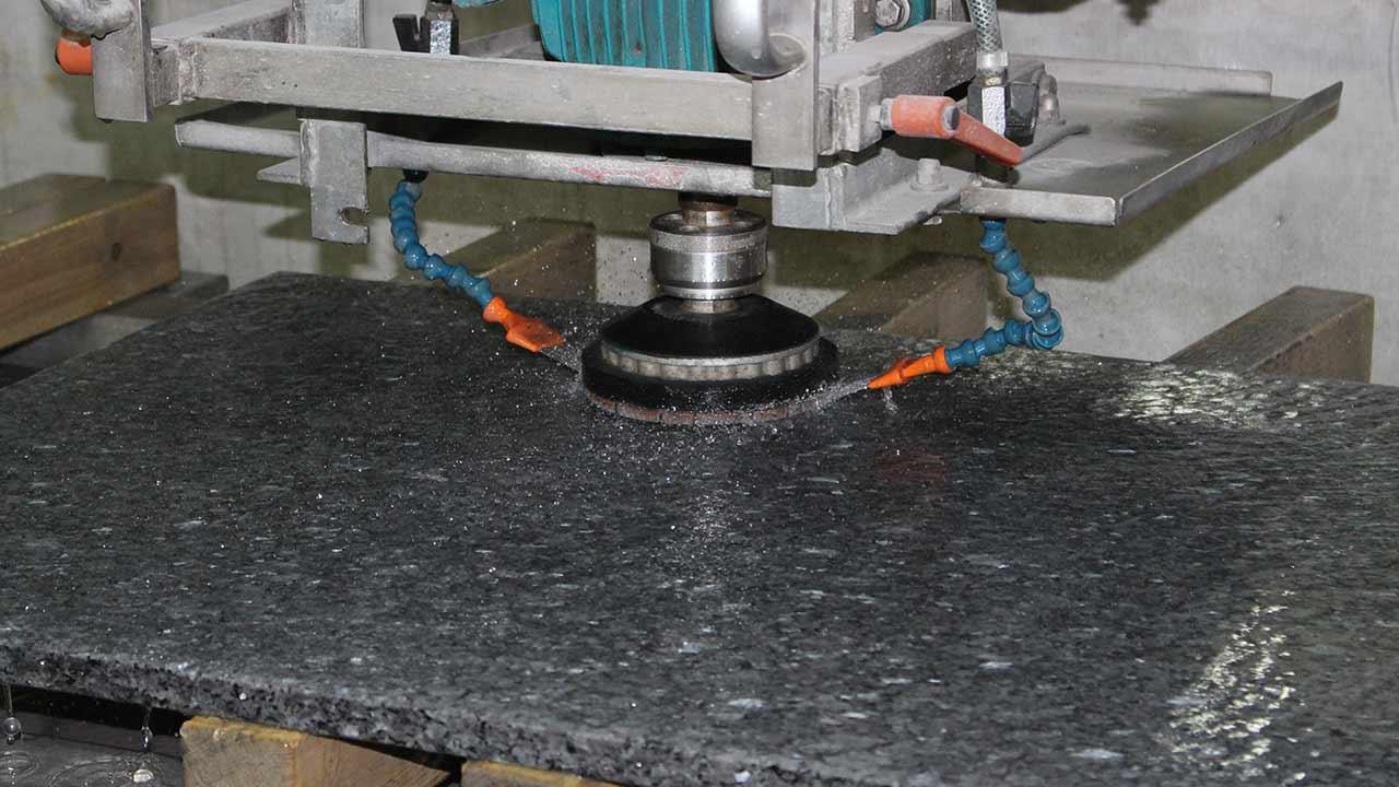 Unsere Werkstatt - Oberflächenbearbeitung (Schleifen und Polieren)