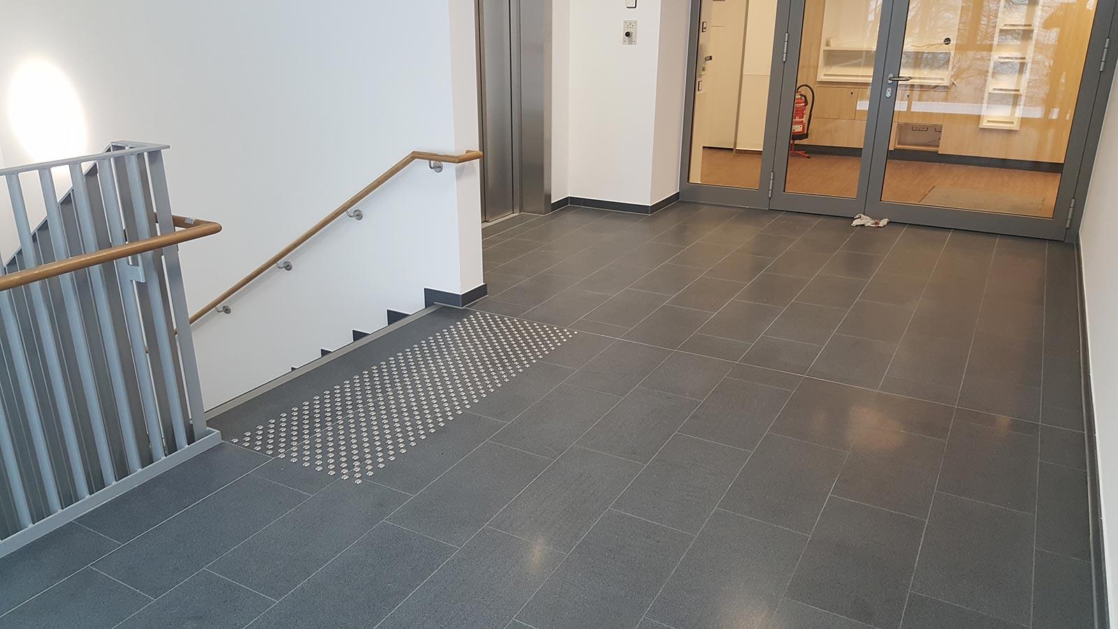 Natursteinarbeiten im Treppenhaus LWL-Krankenhaus Hemer
